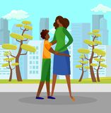 Γιος που αγκαλιάζει Tenderly τη μητέρα υπαίθρια στην ηλιόλουστη ημέρα ελεύθερη απεικόνιση δικαιώματος