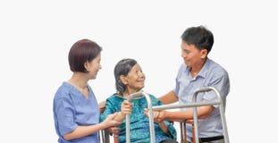 Γιος που φροντίζει την ηλικιωμένη μητέρα με το caregiver στοκ εικόνες
