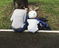 Γιος Biking διδασκαλίας Mom στο πάρκο υπαίθρια Στοκ Εικόνες