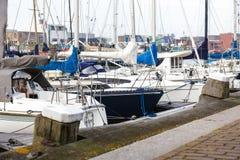 Γιοτ αντανάκλασης βόρειων αποβαθρών βαρκών θαλάσσιων λιμένων meny diffirent φως του ήλιου Scheveningen Χάγη Ολλανδία λιμένων ηλιο Στοκ φωτογραφία με δικαίωμα ελεύθερης χρήσης