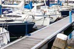 Γιοτ αντανάκλασης βόρειων αποβαθρών βαρκών θαλάσσιων λιμένων meny diffirent φως του ήλιου Scheveningen Χάγη Ολλανδία λιμένων ηλιο Στοκ Εικόνες