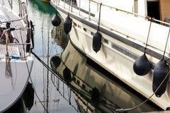 Γιοτ αντανάκλασης βόρειων αποβαθρών βαρκών θαλάσσιων λιμένων meny diffirent φως του ήλιου Scheveningen Χάγη Ολλανδία λιμένων ηλιο Στοκ φωτογραφίες με δικαίωμα ελεύθερης χρήσης