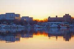 Γιοτ και αστικές αντανακλάσεις κτηρίων κατά τη διάρκεια της εποχής ανθών κερασιών στο Washington DC στοκ εικόνα