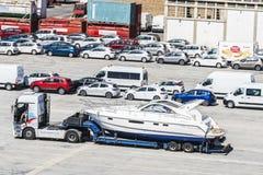 Γιοτ και αυτοκίνητα που περιμένουν στη ναυτιλία Στοκ Εικόνες