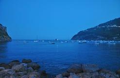 Γιοτ και βάρκες κοντά στο κάστρο Aragonese Στοκ Εικόνα
