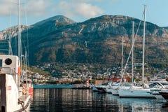Γιοτ και βάρκες στην αποβάθρα στοκ φωτογραφίες