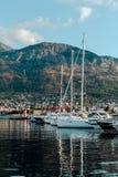 Γιοτ και βάρκες στην αποβάθρα στοκ εικόνες με δικαίωμα ελεύθερης χρήσης