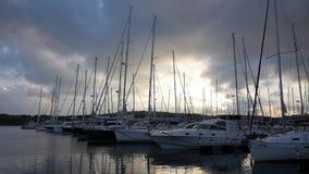 Γιοτ και βάρκες στη μαρίνα Sibenik στην Κροατία απόθεμα βίντεο