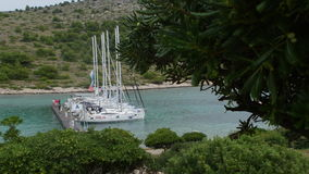 Γιοτ και βάρκες στη μαρίνα Sibenik στην Κροατία φιλμ μικρού μήκους