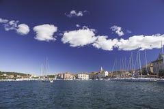Γιοτ και μπλε θάλασσα Στοκ εικόνες με δικαίωμα ελεύθερης χρήσης
