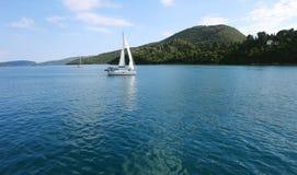 Γιοτ και πράσινο νησί στην Ελλάδα Στοκ εικόνες με δικαίωμα ελεύθερης χρήσης
