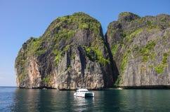 Γιοτ και όμορφη θάλασσα απότομων βράχων ασβεστόλιθων σαφούς και Phi Phi LE Στοκ εικόνα με δικαίωμα ελεύθερης χρήσης