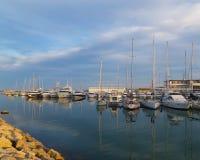 Γιοτ και sailboats που δένονται στη μαρίνα κοντά στη Βαλένθια, Ισπανία στοκ φωτογραφίες
