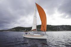 Γιοτ, κόκκινο πανί θάλασσα και αέρας Στοκ εικόνες με δικαίωμα ελεύθερης χρήσης
