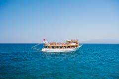 Γιοτ με τους τουρίστες που πλέουν με τη θάλασσα, υπόλοιπο για όλη την οικογένεια, κρουαζιέρα στα νησιά στοκ εικόνες με δικαίωμα ελεύθερης χρήσης