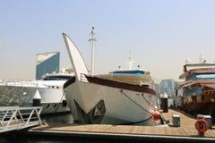 Γιοτ πολυτέλειας που δένονται σε ένα λιμάνι του Ντουμπάι Στοκ Φωτογραφία