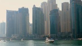 Γιοτ πολυτέλειας που πλέει κάτω στη μαρίνα του Ντουμπάι απόθεμα βίντεο