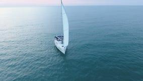 Γιοτ πολυτέλειας που πλέει με το σαφές μπλε νερό, την επιτυχία και την εμπιστοσύνη, ταξίδι απόθεμα βίντεο