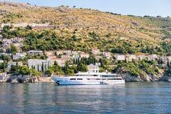 Γιοτ πολυτέλειας σε Dubrovnik στην αδριατική θάλασσα Κροατία Στοκ Φωτογραφία