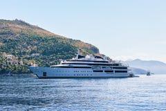 Γιοτ πολυτέλειας στο νησί Lokrum και αδριατική θάλασσα σε Dubrovnik Στοκ Φωτογραφίες