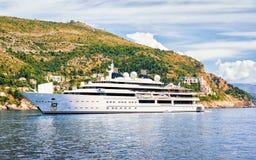 Γιοτ πολυτέλειας στο νησί Lokrum και αδριατική θάλασσα σε Dubrovnik Στοκ εικόνα με δικαίωμα ελεύθερης χρήσης