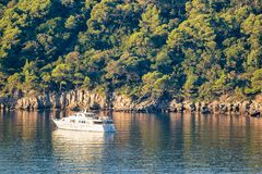 Γιοτ πολυτέλειας στο νησί Lokrum στην αδριατική θάλασσα σε Dubrovnik Στοκ φωτογραφία με δικαίωμα ελεύθερης χρήσης