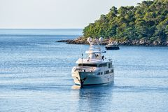 Γιοτ πολυτέλειας στο νησί Lokrum της αδριατικής θάλασσας σε Dubrovnik Στοκ Φωτογραφία