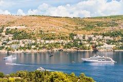 Γιοτ πολυτέλειας στο νησί Lokrum της αδριατικής θάλασσας σε Dubrovnik Στοκ Φωτογραφίες