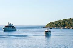 Γιοτ πολυτέλειας στο νησί Lokrum της αδριατικής θάλασσας Dubrovnik Στοκ Εικόνες