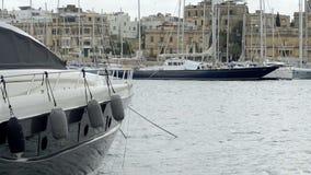 Γιοτ που δένεται στη μαρίνα νησιών Manoel στη Μάλτα φιλμ μικρού μήκους