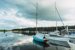 Γιοτ που δένονται στην αποβάθρα της θάλασσας Kaunas στη Λιθουανία Στοκ φωτογραφίες με δικαίωμα ελεύθερης χρήσης