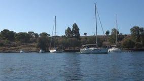 Γιοτ που δένονται σε έναν μικρό κόλπο του νησιού Aegina απόθεμα βίντεο