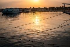Γιοτ που ελλιμενίζονται στο θαλάσσιο λιμένα στο ηλιοβασίλεμα στοκ φωτογραφία με δικαίωμα ελεύθερης χρήσης