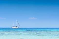 Γιοτ που επιπλέει στη θάλασσα με το μπλε ουρανό Στοκ Φωτογραφίες