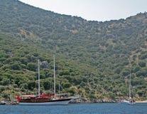 Γιοτ που πλέει κοντά σε μια ακτή ενός νησιού Αδριατική θάλασσα της μεσογειακής περιοχής κροατικό riviera Δαλματική περιοχή Γιοτ-χ Στοκ Φωτογραφίες