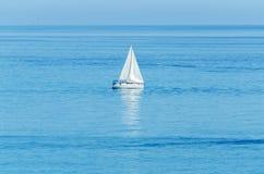 Γιοτ που πλέει τη θάλασσα, το σαφή ουρανό και το μπλε νερό, ψυχαγωγικός αθλητισμός, ενεργό υπόλοιπο στοκ εικόνες