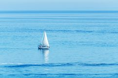 Γιοτ που πλέει τη θάλασσα, το σαφή ουρανό και το μπλε νερό, ψυχαγωγικός αθλητισμός, ενεργό υπόλοιπο στοκ φωτογραφίες με δικαίωμα ελεύθερης χρήσης