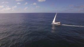 Γιοτ που πλέει κατά την ωκεάνια, εναέρια άποψη απόθεμα βίντεο