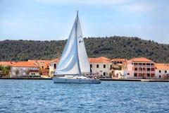 Γιοτ που πλέει κοντά στην ακτή της Κροατίας Στοκ φωτογραφία με δικαίωμα ελεύθερης χρήσης