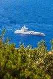 Γιοτ πολυτέλειας ενάντια στην κυανή θάλασσα Στοκ φωτογραφίες με δικαίωμα ελεύθερης χρήσης