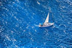 Γιοτ πολυτέλειας ενάντια στην κυανή θάλασσα Στοκ φωτογραφία με δικαίωμα ελεύθερης χρήσης
