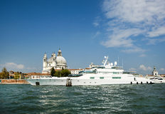 Γιοτ πολυτέλειας στο μεγάλο κανάλι, Βενετία Στοκ Φωτογραφία