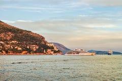 Γιοτ στην αδριατική θάλασσα στην ακτή Dubrovnik Στοκ Εικόνες