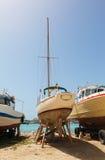 Γιοτ στην ακτή για την αποθήκευση και την επισκευή Στοκ Φωτογραφίες
