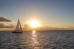 Γιοτ στην τροπική θάλασσα στο ηλιοβασίλεμα Στοκ Φωτογραφία