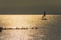 Γιοτ στη θάλασσα στο ηλιοβασίλεμα, ιστιοπλοϊκό Ρομαντικό ταξίδι στο γιοτ πολυτέλειας κατά τη διάρκεια του ηλιοβασιλέματος θάλασσα Στοκ Φωτογραφία