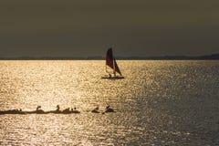 Γιοτ στη θάλασσα στο ηλιοβασίλεμα, ιστιοπλοϊκό Ρομαντικό ταξίδι στο γιοτ πολυτέλειας κατά τη διάρκεια του ηλιοβασιλέματος θάλασσα Στοκ εικόνα με δικαίωμα ελεύθερης χρήσης