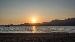 Γιοτ στη θάλασσα στο ηλιοβασίλεμα, ιστιοπλοϊκό Ρομαντικό ταξίδι στο γιοτ πολυτέλειας κατά τη διάρκεια του ηλιοβασιλέματος θάλασσα Στοκ φωτογραφίες με δικαίωμα ελεύθερης χρήσης