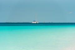 Γιοτ στον παράδεισο Playa παραλιών του νησιού Cayo βραδύτατου, Κούβα Διάστημα αντιγράφων για το κείμενο Στοκ φωτογραφίες με δικαίωμα ελεύθερης χρήσης