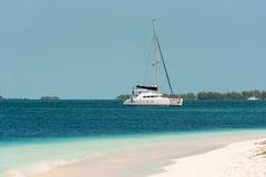 Γιοτ στον παράδεισο Playa παραλιών του νησιού Cayo βραδύτατου, Κούβα Διάστημα αντιγράφων για το κείμενο Στοκ Φωτογραφία